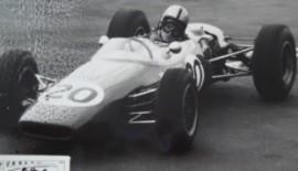 Bellasi nel 1965 impegnatosul bagnato,circuitocittadino di Siracusa, mentre guida una Brabham formula 3.. un'auto tradizionale di quei tempi con telaio tubolare, molto efficiente e semplice nella manutenzione per i piloti privati...